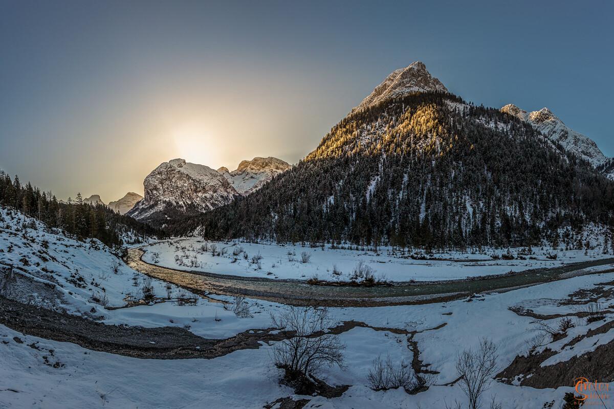 Sonnenaufgang im Rissbachtal im Winter.