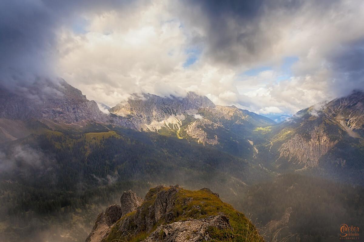 Karwendelspitzen im Hochnebel.