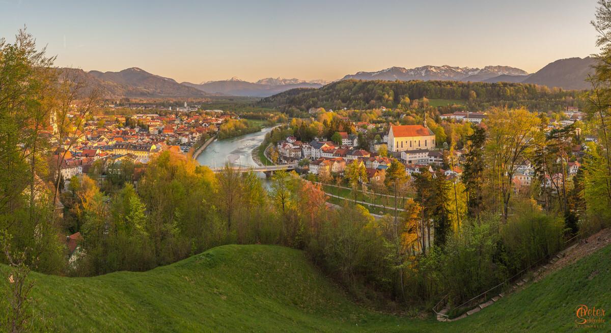 Blick vom Kalvarienberg über Bad Tölz im Frühling gegen Abend.