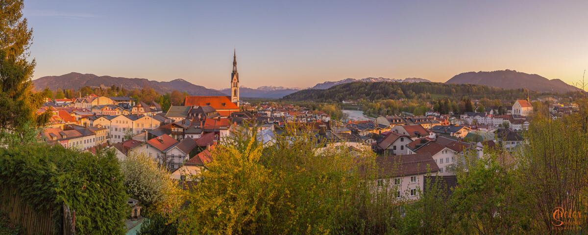 Blick über Bad Tölz mit Stadtpfarrkirche an einem Frühsommerabend.