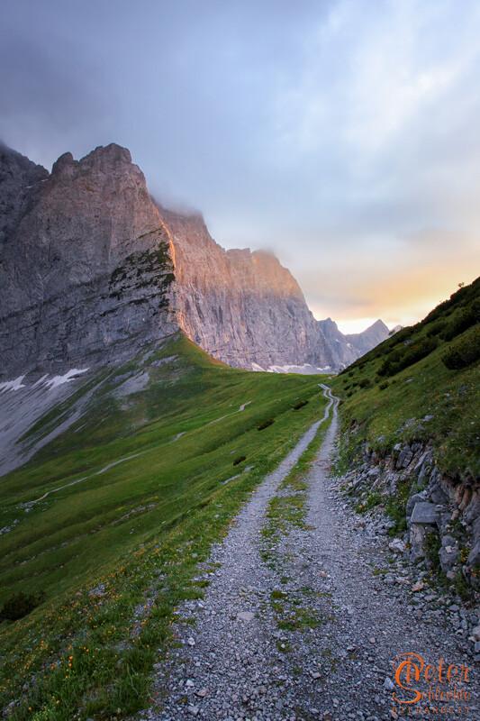 Das Hohljoch im Karwendel oberhalb des Enger Grund zum Sonnenuntergang.