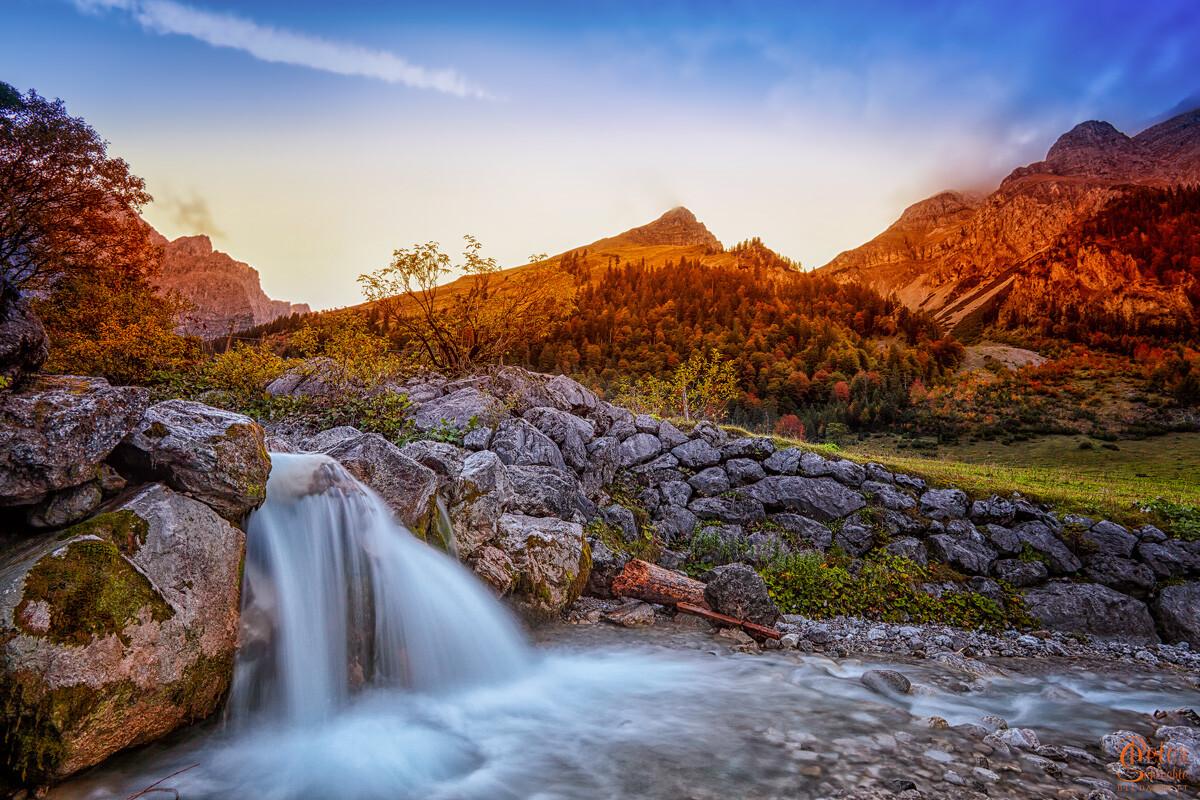 Wasserfall im Enger Grund im Karwendelgebirge von der Seite