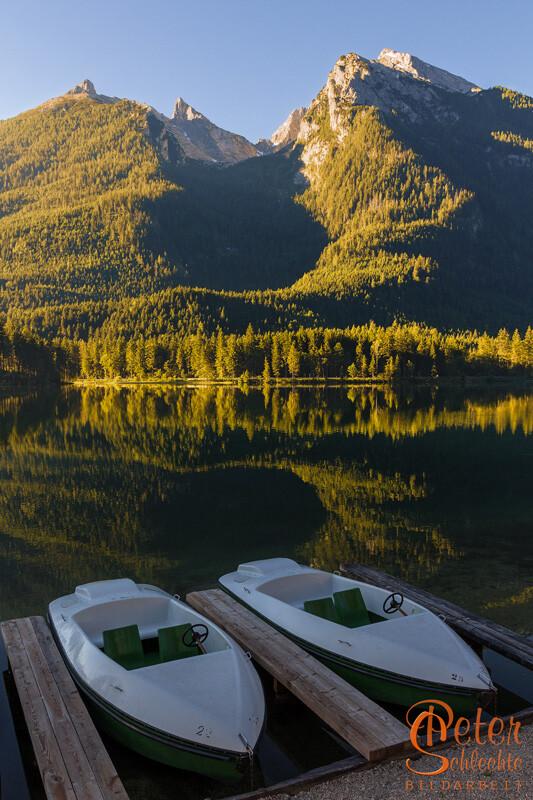 Hintersee bei Ramsau im Morgenlicht mit Booten.