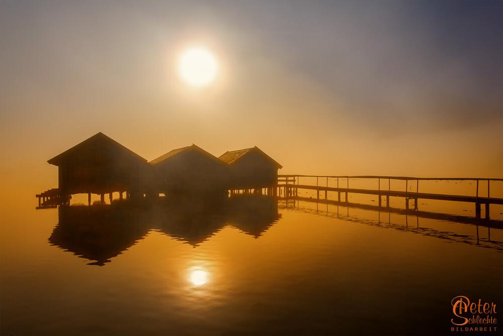Fischerhütten im Kochelsee zum Sonnenaufgang.