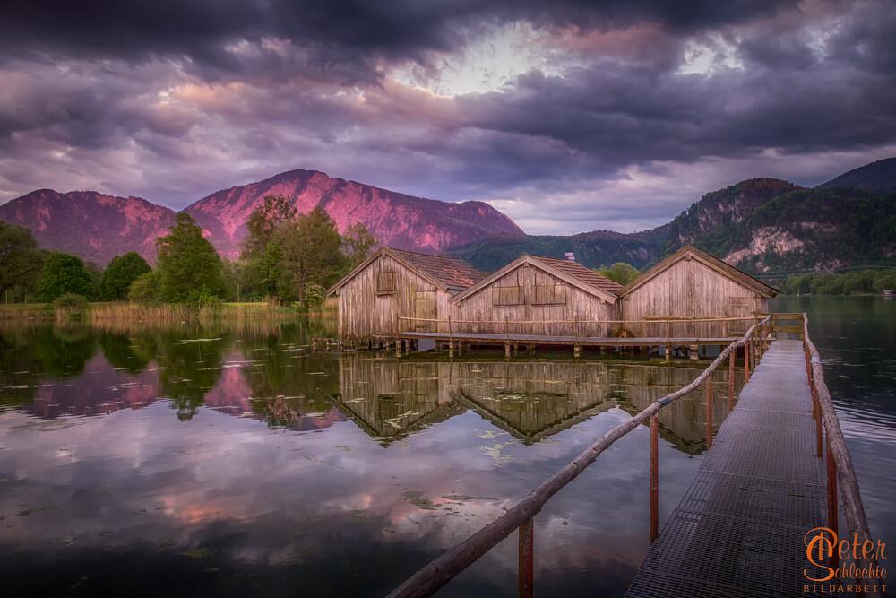 Fischerhütten im Kochelsee zum Sonnenuntergang.