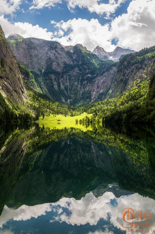 Der Obersee im Frühling mit Spiegelung im Hochformat.