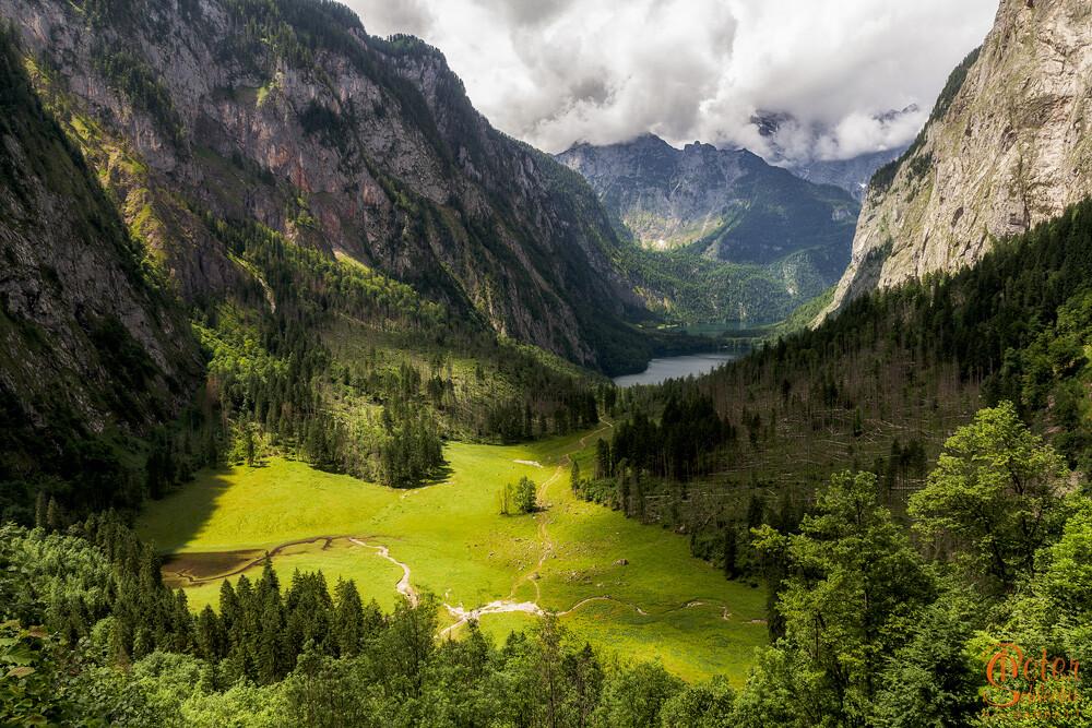 Blick über das Tal vom Obersee mit Blickrichtung Watzmannmassiv.
