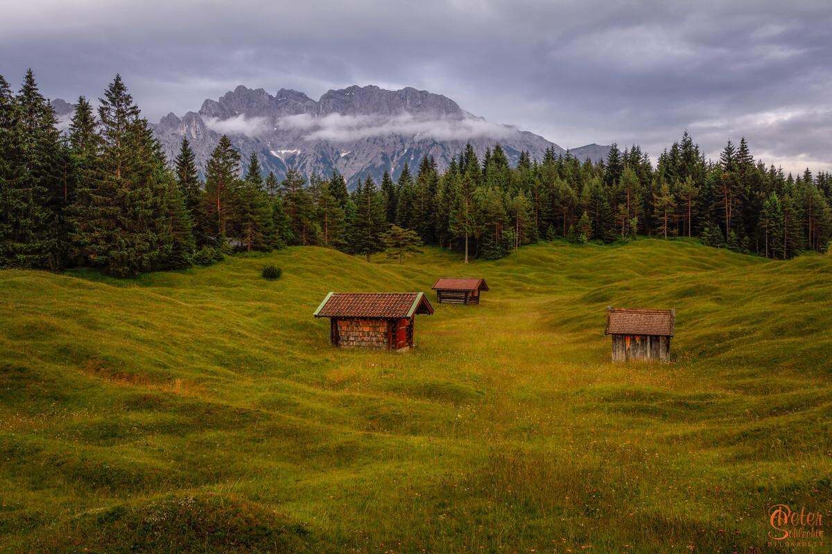 3 Hütten im Luttenseegebiet mit den typischen Buckelwiesen.