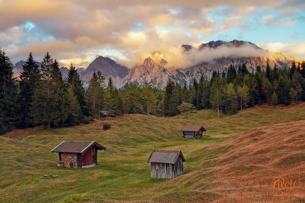 3 Hütten im Luttenseegebiet mit den typischen Buckelwiesen zum Sonnenuntergang.