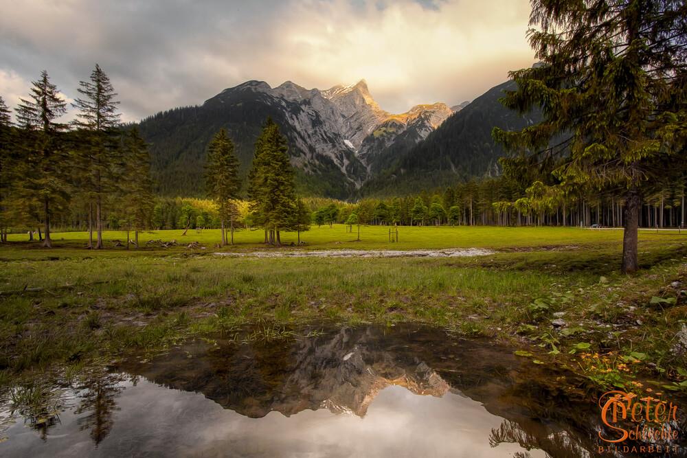 Bergspiegelung in einer Lak im Rissbachtal / Karwendel.