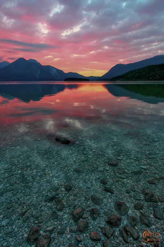 Walchensee mit Herzogstand, erstklassiger Sonnenuntergang mit roter Wolkenformation.