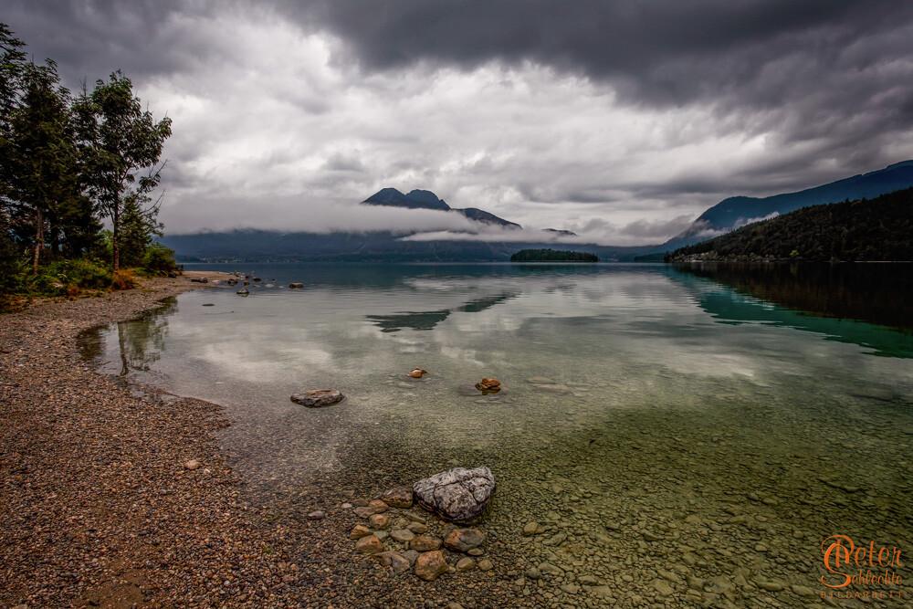 Walchensee mit Herzogstand ein einem regnerischen Tag.