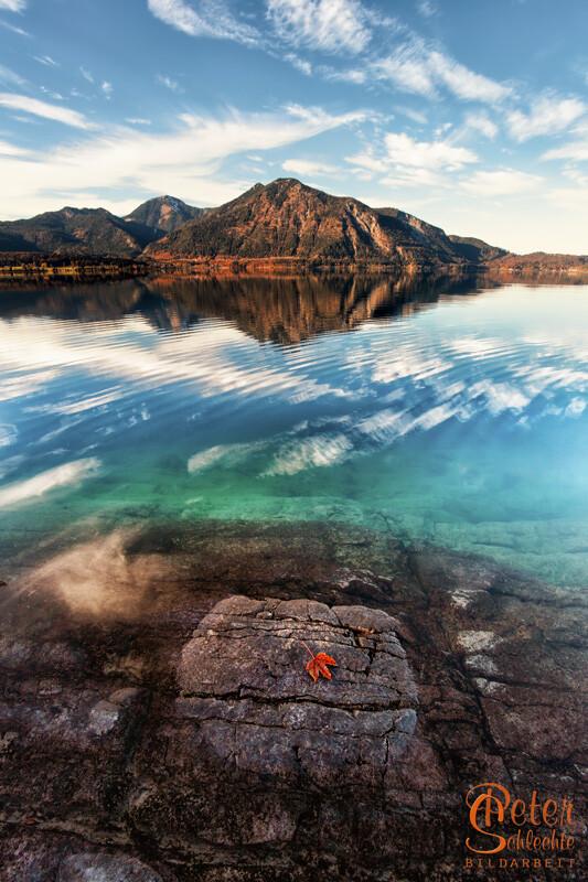Herbsttag am Walchensee mit Herzogstand im Hintergrund.