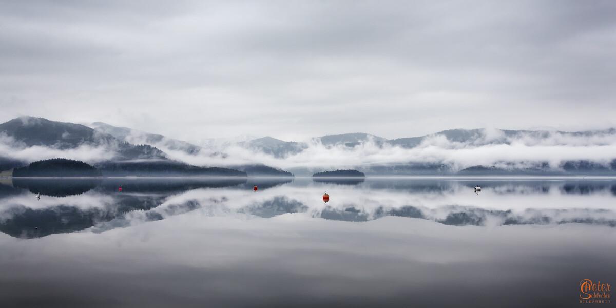 Nebelverhangener Walchensee mit Blick Richtung Jachenau.