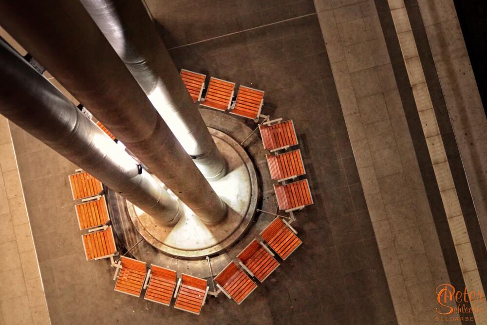Detailansicht einer Sitzgruppe in Berlin Hauptbahnhof.