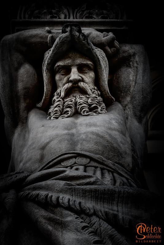 Detailansicht einer Statue irgendwo in München.
