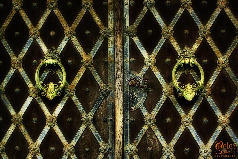 Alte Kirchentür aus dem bayerischen Raum mit schönen Klopfern.
