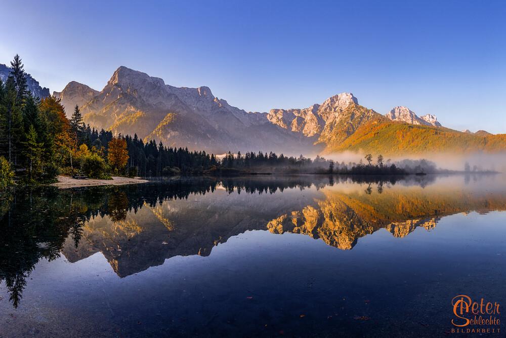 Almsee kurz nach Sonnenaufgang im Herbst.