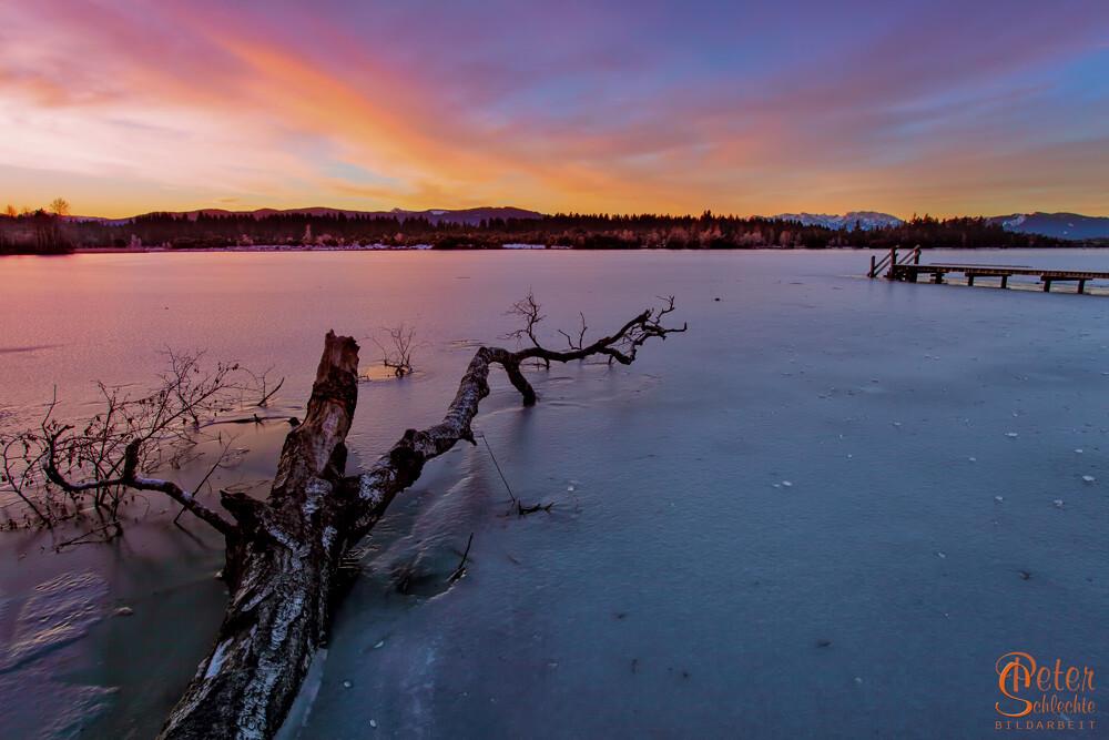 Vereister Kirchsee bei Sachsenkam zum Sonnenaufgang.