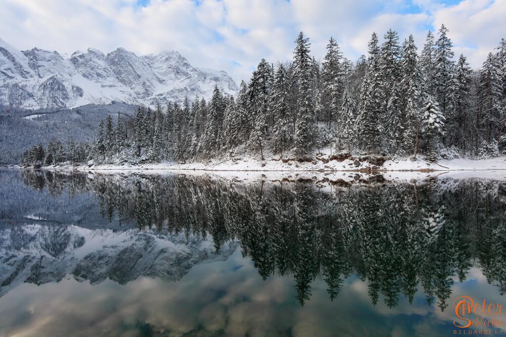 Eibsee bei Garmisch morgens im Winter mit Zugspitzmassiv.