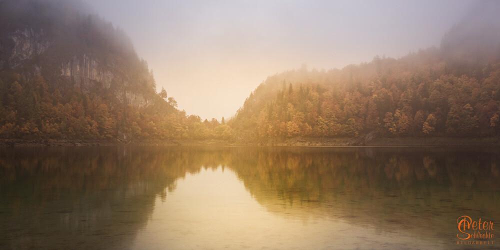 Hinterer Gosausee an einem nebligen Herbsttag.