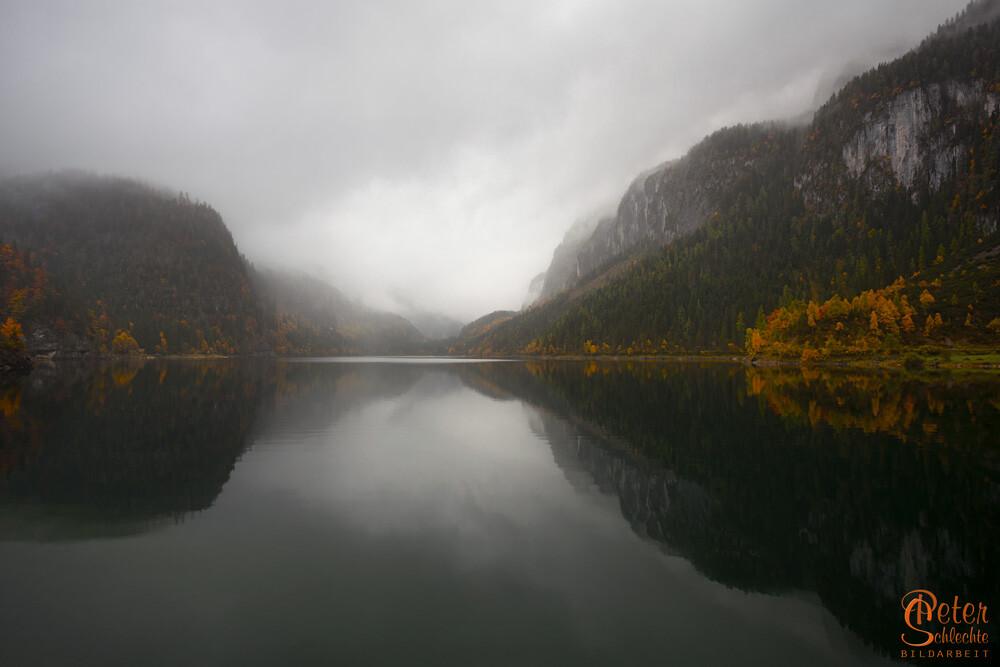 Vorderer Gosausee an einem regnerischen Herbsttag.
