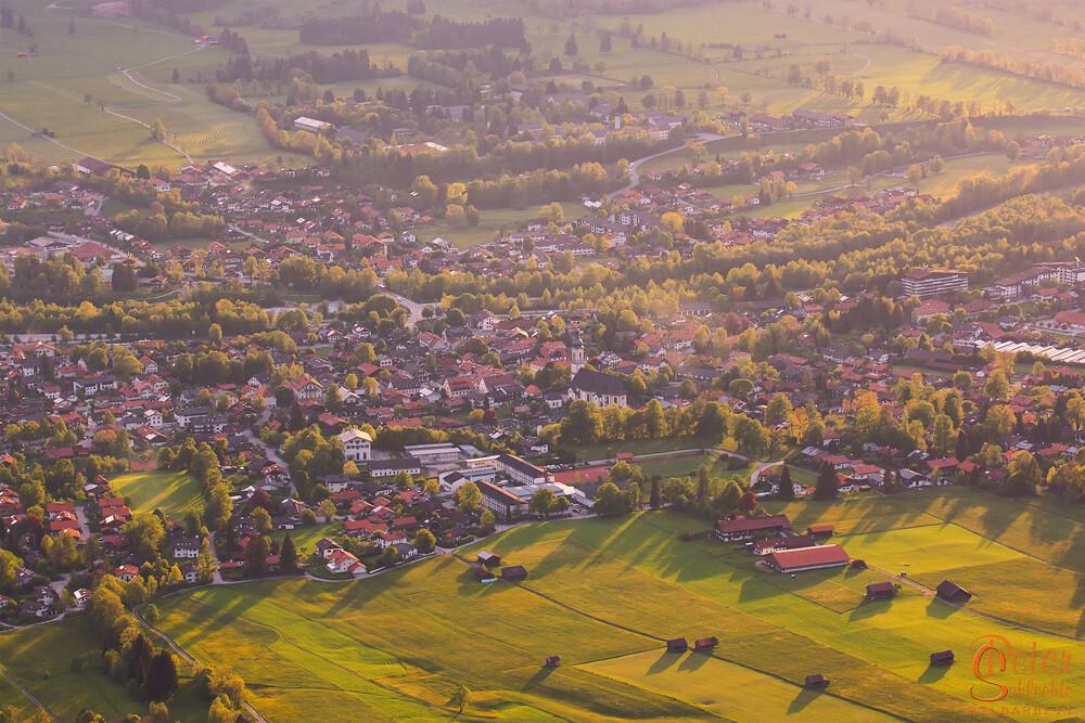 Blick vom Geierstein über Lenggries an einem Sommerabend.