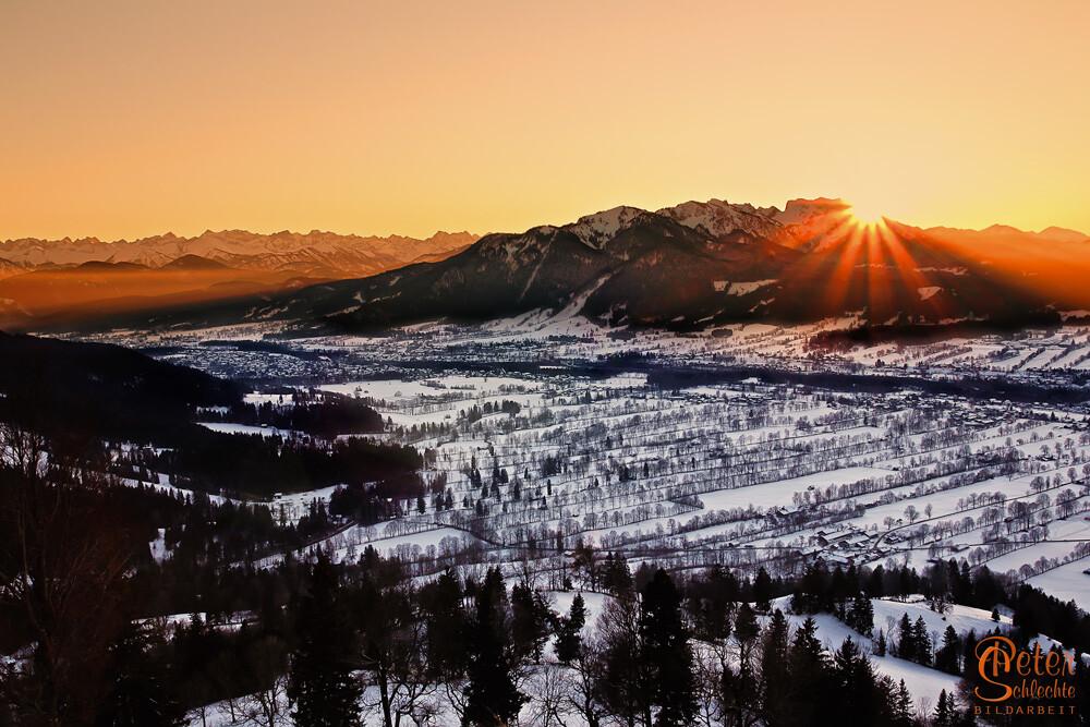 Blick von der Sundtraten über das Isartal im Winter zum Sonnenuntergang.