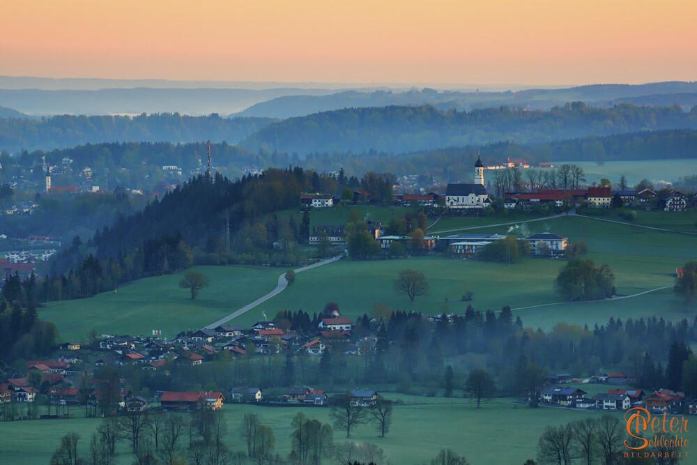 Blick von der Sonntraten nach Gaissach in der Morgendämmerung.