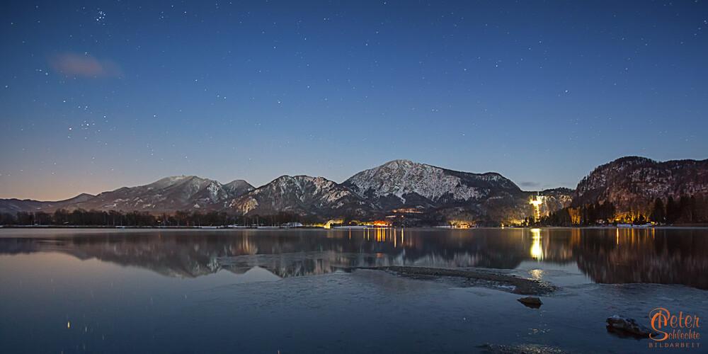 Kochelsee in einer kalten Winternacht mit Sternenhimmel.