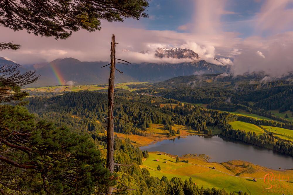 Blick über den Geroldsee in das Karwendel mit Regenbogen.