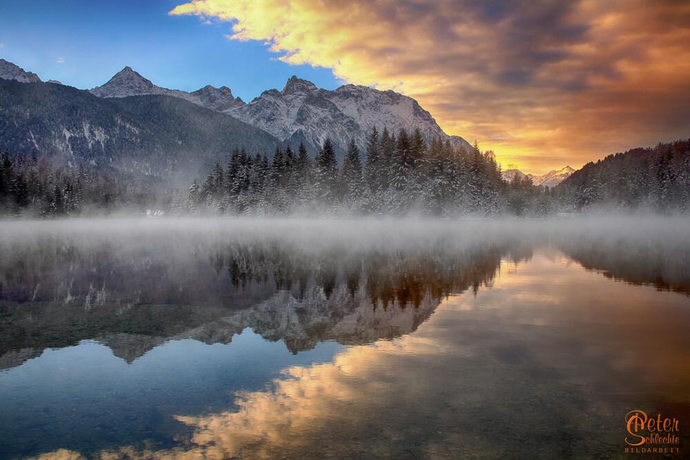 Krünsee an einem eiskalten Morgen zum Sonnenaufgang.