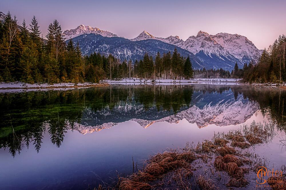 See bei Krün mit den verschneiten Karwendelbergen im Hintergrund.