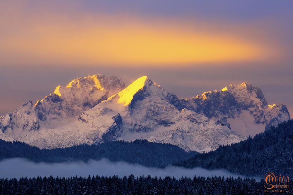 Das Wettersteinmassiv mit Zugspitze an einem eiskalten Wintermorgen.