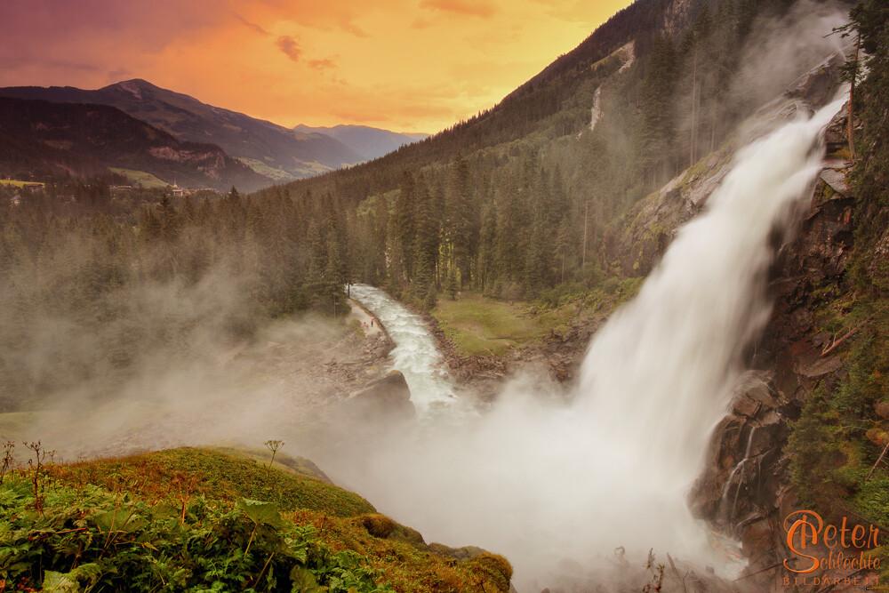 Unterer Krimmler Wasserfall zur Abenddämmerung.