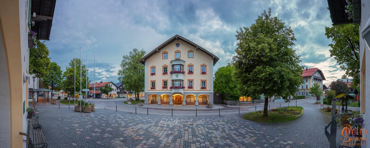 Panorama-Aufnahme vom Lenggrieser Rathaus zur abendlichen Stunde.