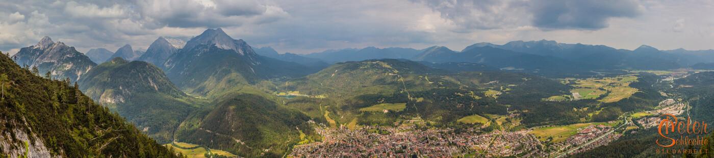 Blick von der Nähe Mittenwalder Hütte über Mittenwald und Luttenseegebiet.