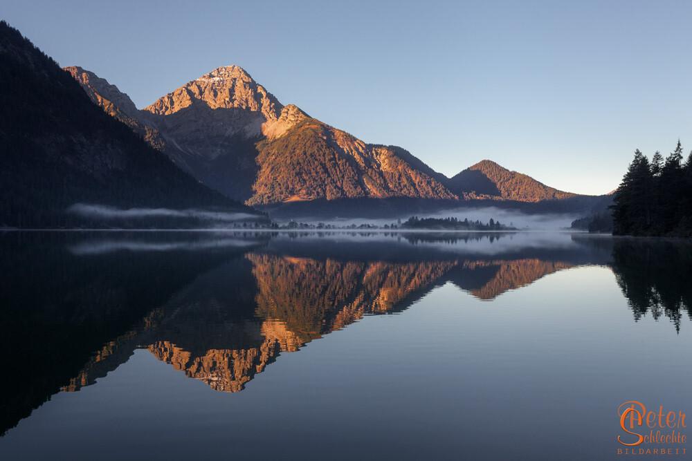 Heiterwanger See mit Thaneller im Morgenlicht.