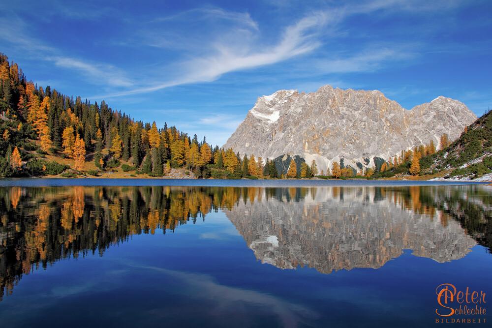 Seebensee und Zugspitzmassiv im Herbst mit perfekter Spiegelung.