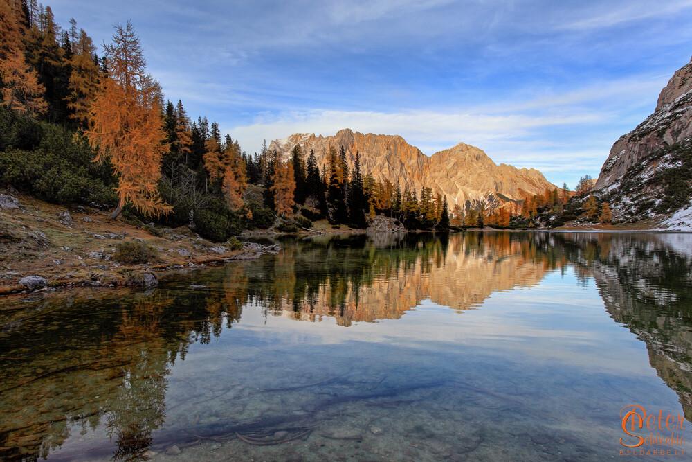 Seebensee mit Wettersteinmassiv, gespiegelt im See am Spätnachmittag im Herbst.