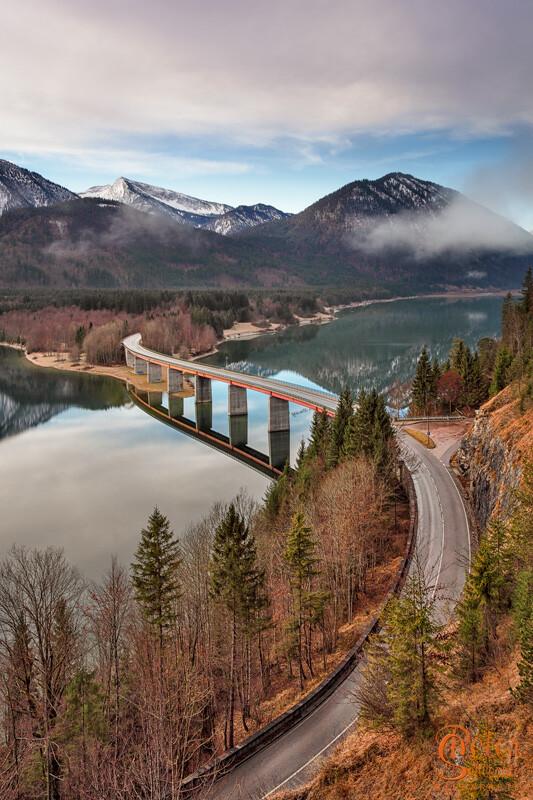 Sylvensteinbrücke im Herbst mit seltener Spiegelung im See.