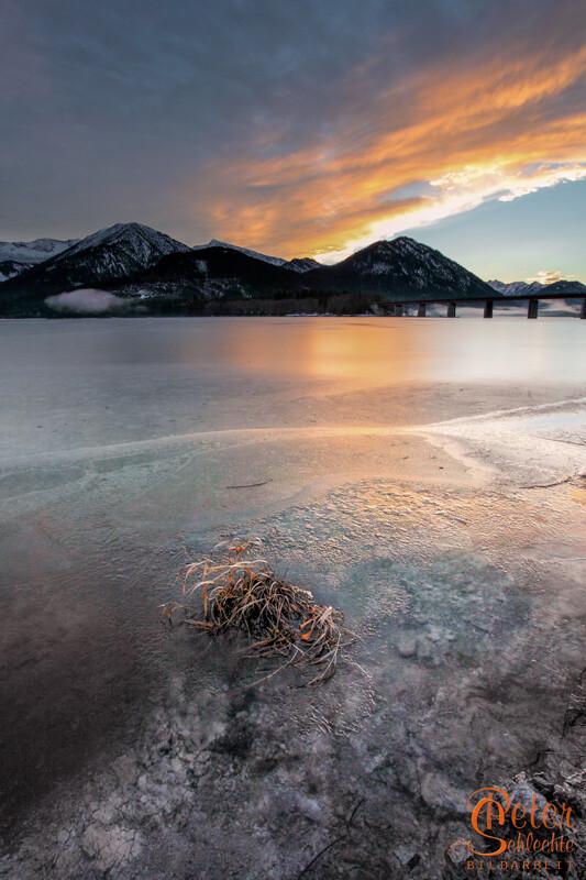 Am gefrorenen Sylvensteinsee zur Abenddämmerung.