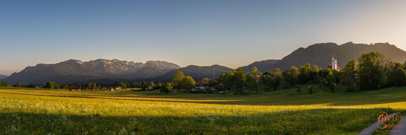 Wackersberg-Panorama im abendlichen Frühlingslicht.