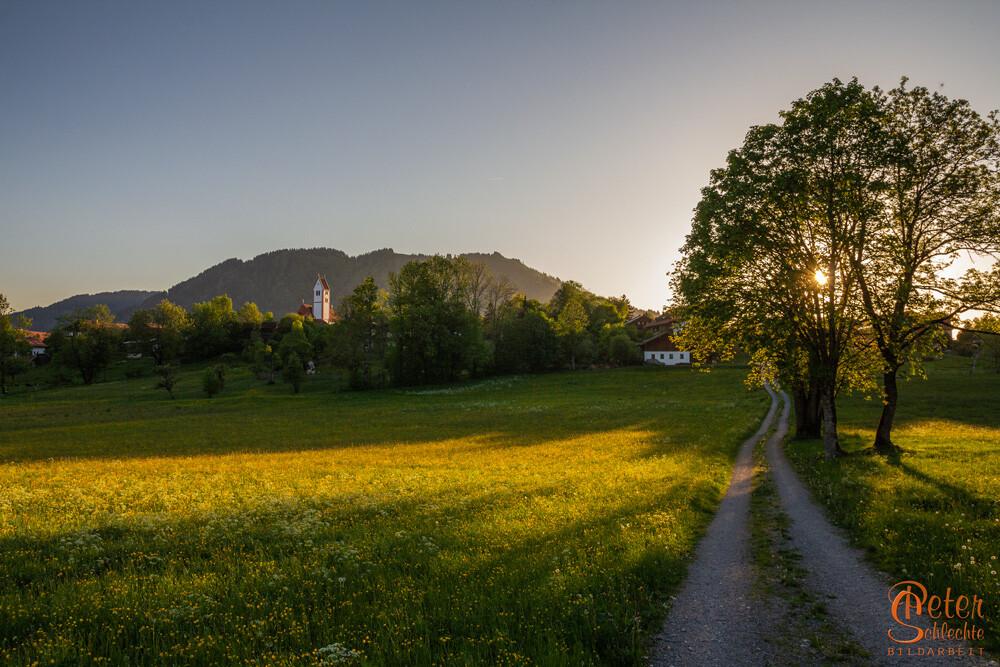 Wackersberg im Isartal im Frühling und zur Abenddämmerung.