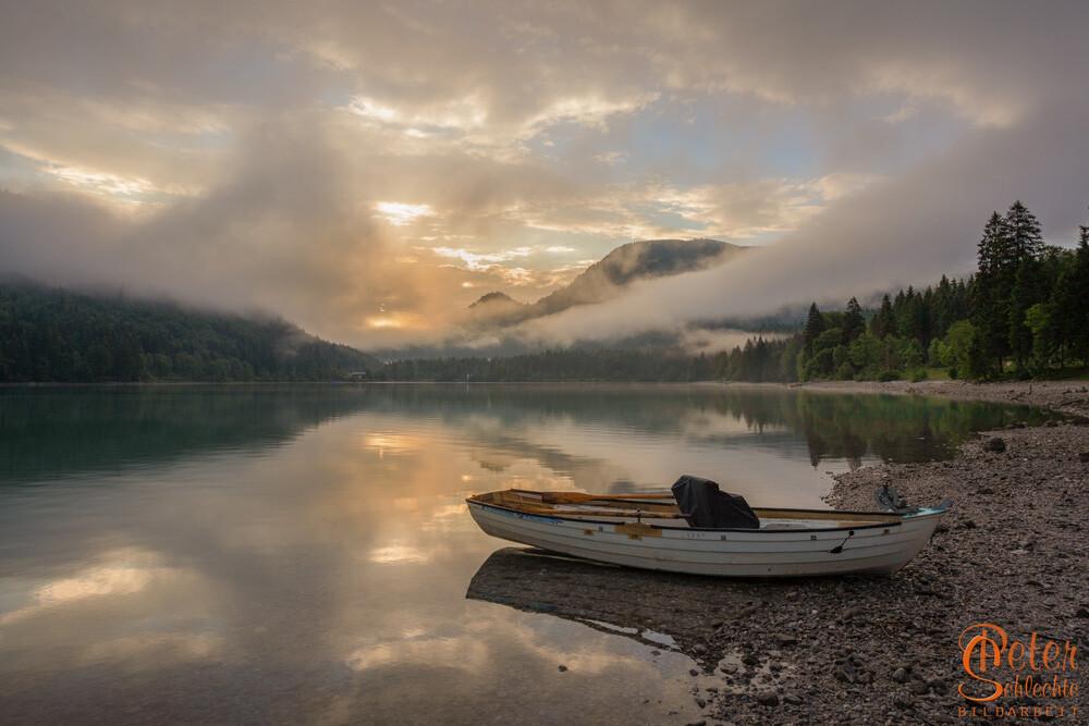 Walchensee zum Sonnenaufgang mit Fischerboot.