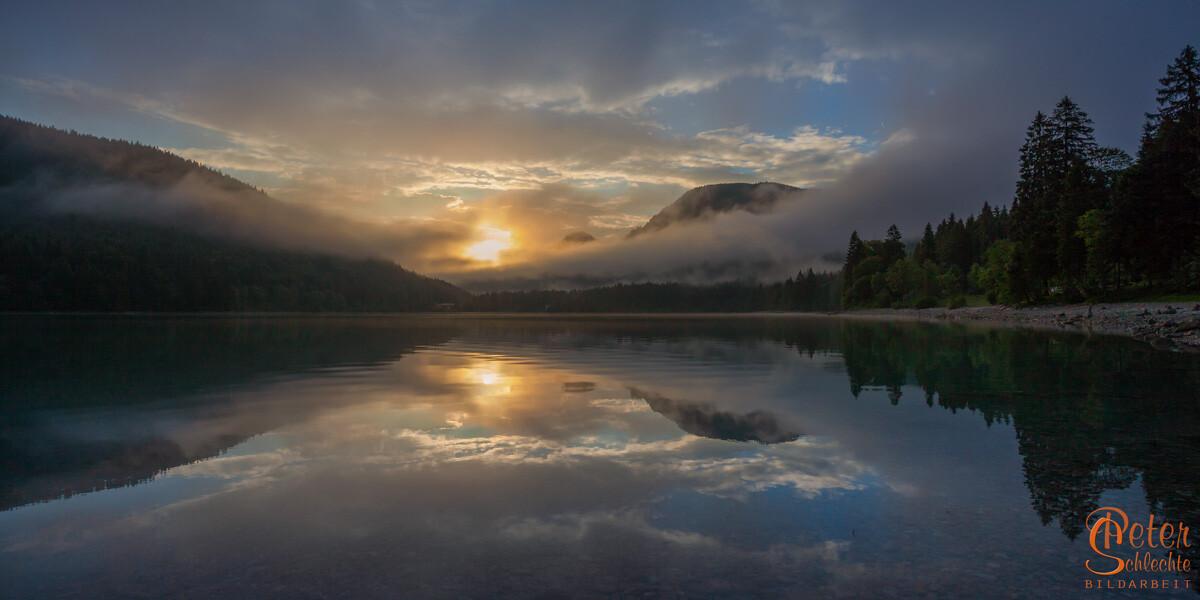 Walchensee zu Sonnenaufgang nach einer regnerischen Nacht.