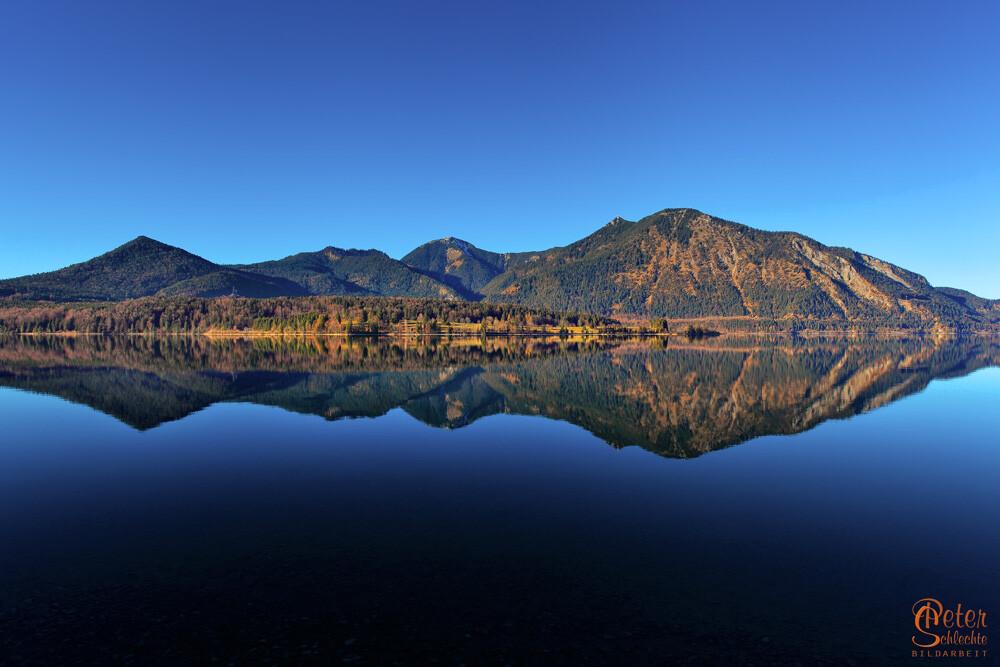 Walchensee mit Herzogstand in einer perfekten Spiegelung.