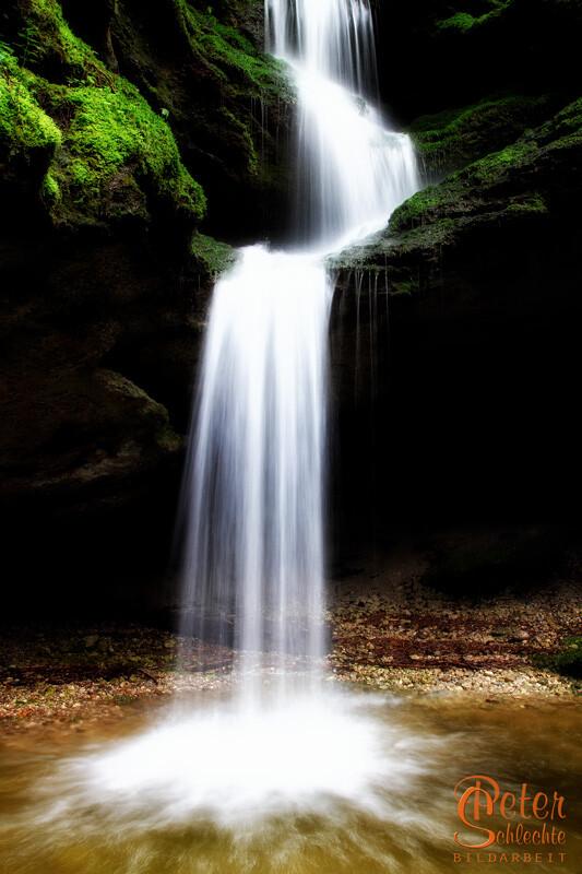 Wasserfall in der Dachshöhle bei Wackersberg nach starken Regen im Novemberlicht.