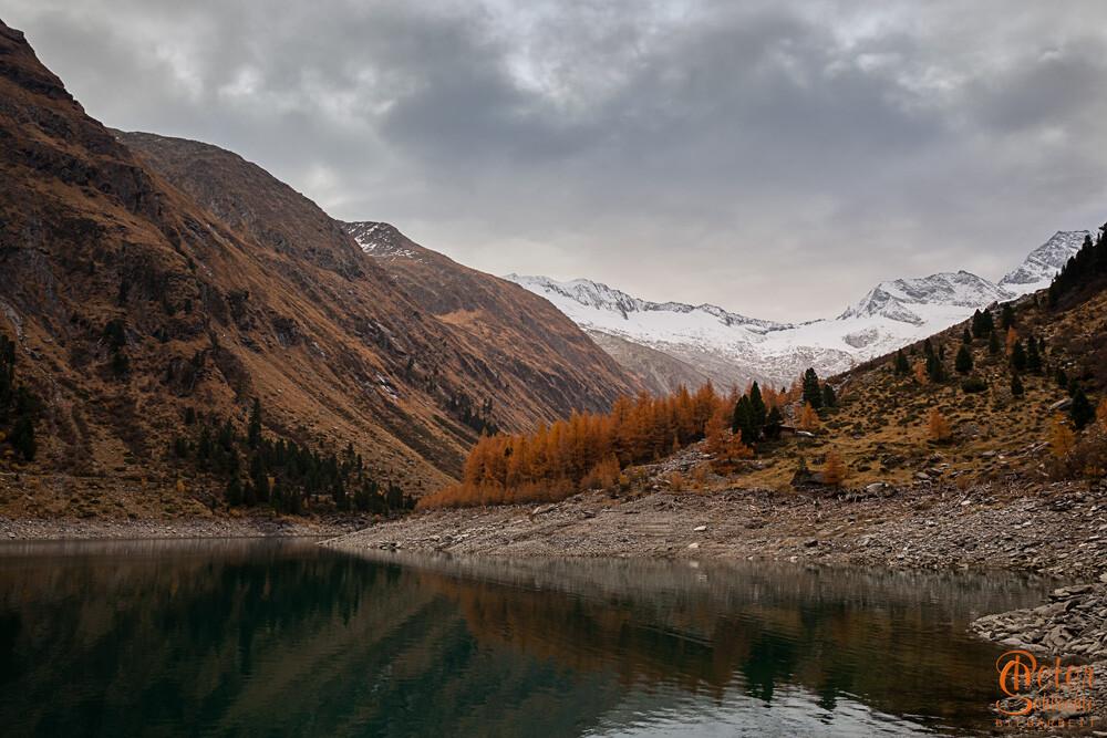 Schlegeisspeicher im Herbst in einem Nebental vom Zillertal.