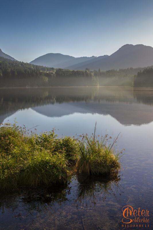 Sonniger Morgen am Hintersee im Berchtesgadener Land.